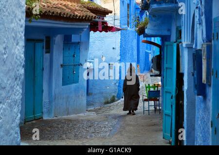 Homme marchant dans la médina de Chefchaouen, Maroc