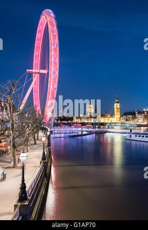 En regardant vers le sud vers le London Eye et les chambres du Parlement dans la nuit. Banque D'Images