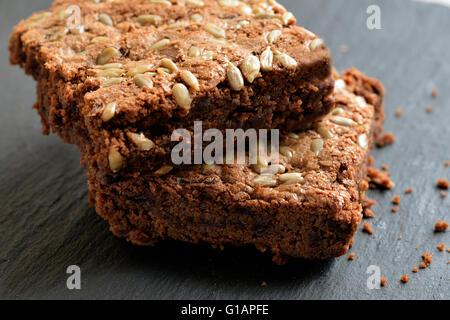 Prends betterave boulangerie brownies faites par les personnes qui, après les sans-abri Banque D'Images