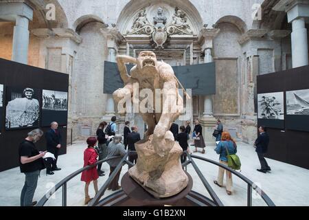 La sculpture 'Gorilla emportant une femme' par Emmanuel Fremiet peut être vu dans l'exposition 'urveying la colonie. Banque D'Images