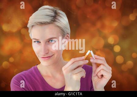 Image composite de jolie blonde breaking cigarette Banque D'Images
