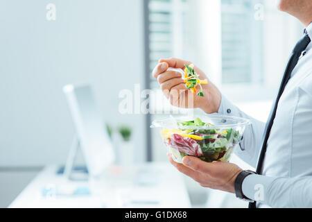 Businessman having a salade de légumes pour le déjeuner, la saine alimentation et le mode de vie, concept personne Banque D'Images