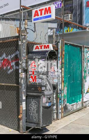 Un distributeur automatique de 24 heures vandalisés sur une rue de nyc Banque D'Images