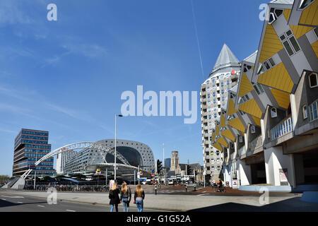 Kubuswoning Maisons Cube Carré Blaak Rotterdam, Pays-Bas architecte néerlandais Piet Blom ( bg Station et Halle Banque D'Images