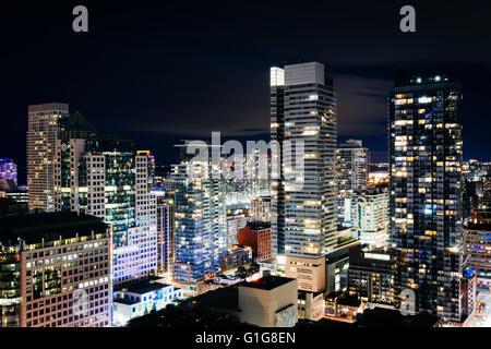 Vue sur les gratte-ciel modernes de nuit, dans le centre-ville de Toronto, Ontario.