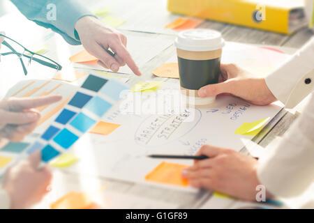 Les gens d'affaires de brainstorming Brainstorming Planification Conception