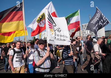 Des manifestants d'extrême-droite protester contre l'Islam, les réfugiés et Angela Merkel à Berlin Banque D'Images