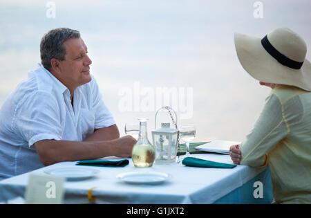 Couple assis en attente d'un repas Banque D'Images