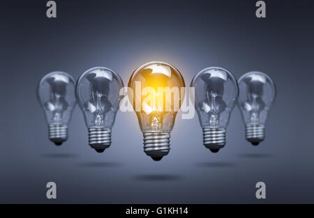 Idée lumineuse de l'ampoule - Leader de l'innovation créative Image Banque D'Images