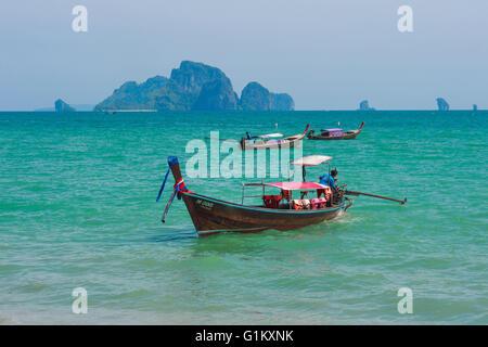Bateaux longtail traditionnels pour le transport sur plage, province de Krabi, Thaïlande Banque D'Images