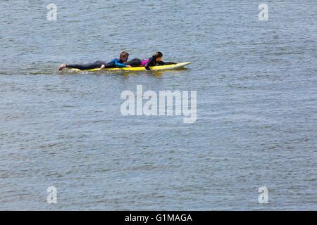 Les sauveteurs RNLI réalisation d'exercice de formation sur le sauvetage de la vie' 'luge surf dans la mer à la Banque D'Images