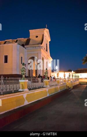 Nuit verticale vue en temps réel de l'église de la Sainte Trinité à Trinidad, Cuba. Banque D'Images