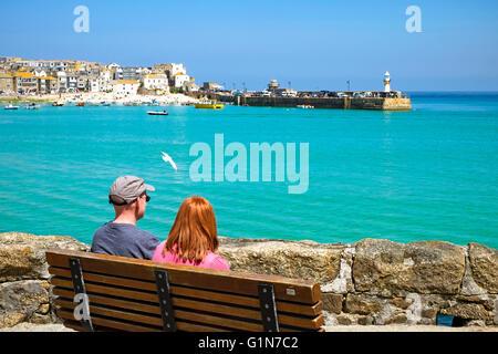 Un couple par le port de St Ives, Cornwall, England, UK Banque D'Images