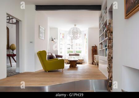 plan large oblique de salle de s jour avec chemin e maison priv e londres royaume uni. Black Bedroom Furniture Sets. Home Design Ideas