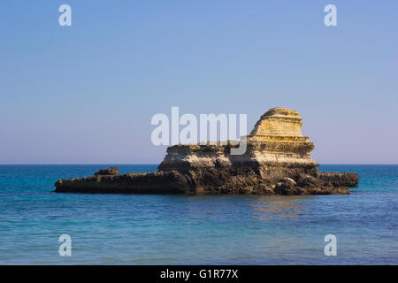 Les cheminées rocheuses de Santo Andrea sur la mer du Salento dans les Pouilles en Italie Banque D'Images