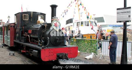 Un narrow gauge Steam train attend son prochain voyage sur le quai à côté de l'Albert Dock en dépit de l'interdiction Banque D'Images
