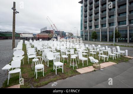 CHRISTCHURCH, NZ JAN 19 2016: 185 chaises blanches vides de la sculpture. Reflet de vies perdues en 2011 Christchurch Banque D'Images