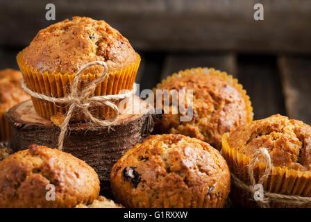 Délicieux muffins carottes fraîches faites maison avec des fruits séchés et noix Banque D'Images