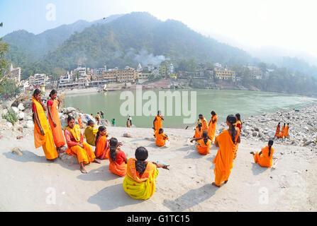 Les femmes pèlerins hindous attendre pour un saint bain dans le Gange, Rishikesh, Uttarakhand, Inde Banque D'Images