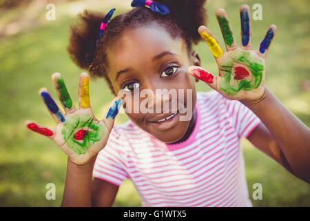 Petite fille montrant ses mains pour l'appareil photo Banque D'Images