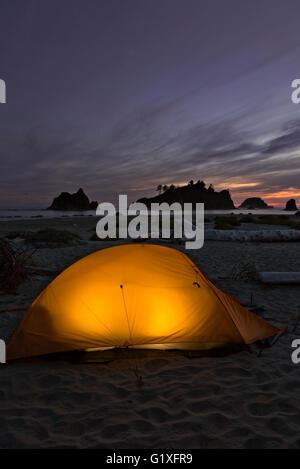 WA12621-00...WASHINGTON - soirée au camping sur Toleak Point sur la côte du Pacifique dans le parc national Olympic. Banque D'Images