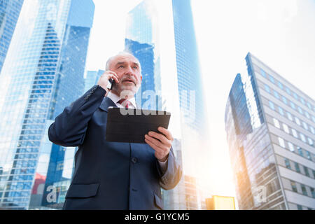 Businessman talking on mobile phone Banque D'Images