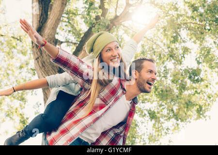 Jeune couple en visite à Paris Banque D'Images