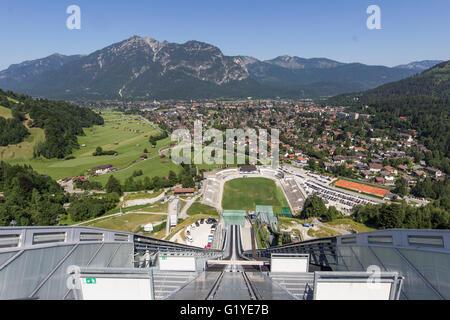 Tremplin olympique, vue du haut du saut à Ski Hill , District de Garmisch-Partenkirchen, Bavière, Allemagne Banque D'Images