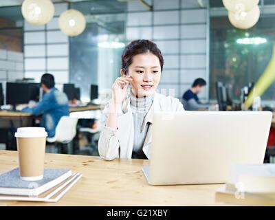 Young Asian Business executive office travaillant à l'aide d'un ordinateur portable. Banque D'Images