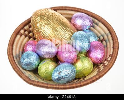 Aluminium chocolat oeufs de Pâques dans un bol Banque D'Images