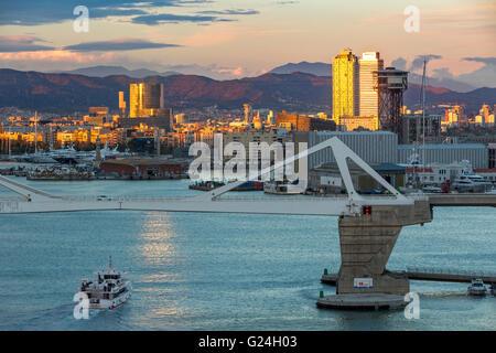 Bateau entrant dans le port de Barcelone, Espagne
