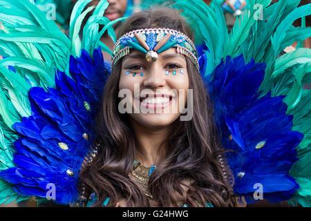 Berlin, Allemagne Le 15 mai 2016: Beautiful Girl in costume smiling on Carnaval des Cultures (Karneval der Kulturen) Banque D'Images