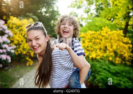Femme avec son fils lors d'une promenade dans le parc Banque D'Images