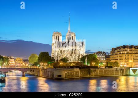 Cathédrale Notre Dame de Paris au coucher du soleil, France