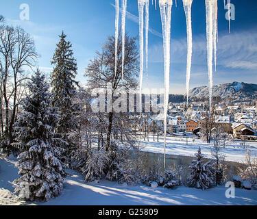 DE - La Bavière: Bad Toelz (Badeteil) en hiver avec Blomberg montagne en arrière-plan Banque D'Images