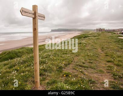 La plage de Marske sur la côte nord-est de l'Angleterre avec la direction montrant l'Angleterre Côte Banque D'Images