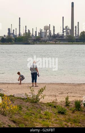 Marysville, Michigan, USA. Une femme et enfant sur la plage de la rivière Sainte-Claire, près de l'endroit où Enbridge Banque D'Images