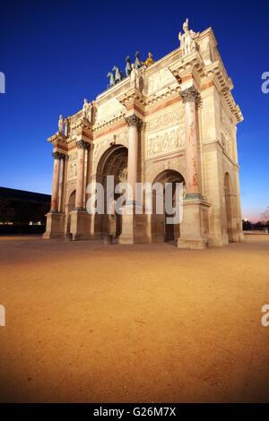 Paris: Arc de triomphe du Carrousel par nuit Banque D'Images