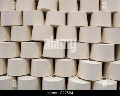 Shot perspective de filé cônes dans une usine textile warehouse avant l'emballage. très éclairé à souligner off Banque D'Images