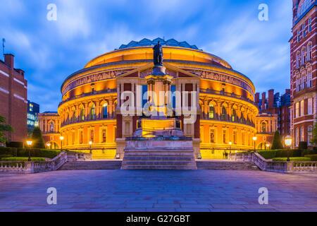 Allumé le Royal Albert Hall, Londres, Angleterre, Royaume-Uni de nuit Banque D'Images