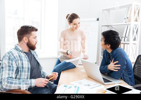 Jeune couple concentré et faire de nouveau projet en ensemble de bureau