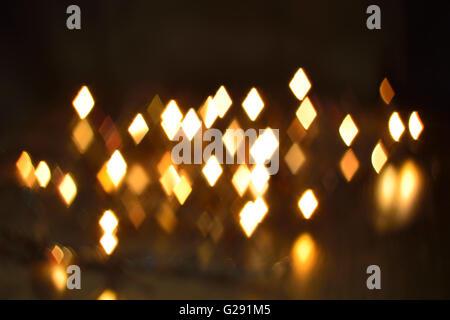 Losange lumineux volant dans les ténèbres résumé arrière-plan flou Banque D'Images