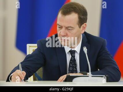 Moscou, Russie. 27 mai, 2016. Le Premier ministre russe Dmitri Medvedev lors d'une réunion avec les membres du conseil Banque D'Images