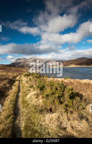 Vue d'une remise à bateaux sur le Loch Pile, avec Ben Arkle en arrière-plan, Sutherland Scotland UK Banque D'Images