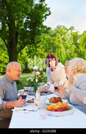 Famille avec les témoins de cette célébration anniversaire dans un jardin Banque D'Images