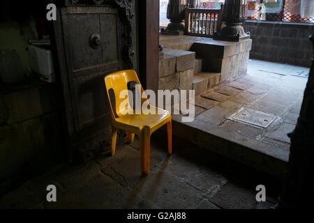 Une chaise en plastique jaune à l'Ama Vishrambaug à Pune, Maharashtra, Inde. Banque D'Images