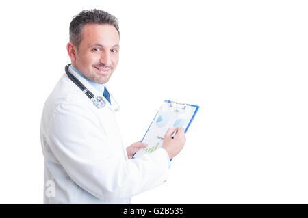 Gestionnaire de l'hôpital ou votre médecin l'analyse des graphiques imprimés sur feuille presse-papiers Banque D'Images