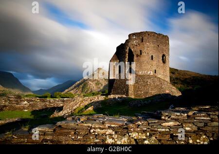 Photographie par © Jamie Callister. Coucher de soleil au château de Dolbadarn, Snowdonia, Gwynedd, au nord du Pays Banque D'Images