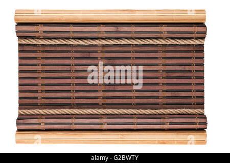 Tapis bambou avec cornées et corde, isolé sur fond blanc Banque D'Images