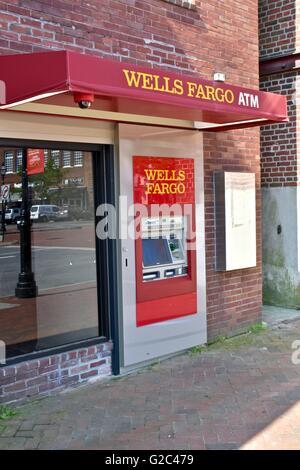 Distributeur de Wells Fargo à l'extérieur de la banque Banque D'Images